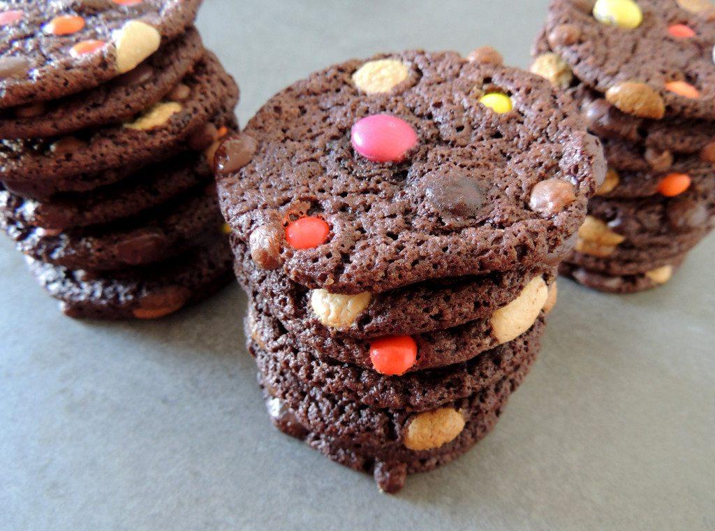 עוגיות שוקולד חלב עם עדשים צבעוניות