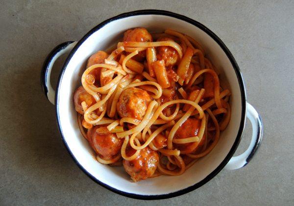 ספגטי וכדורי עוף ברוטב עגבניות